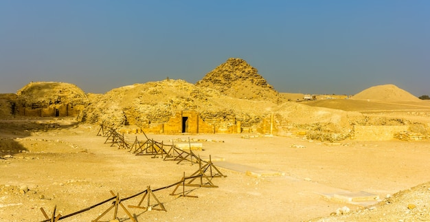 Gräber und pyramiden in saqqara ägypten