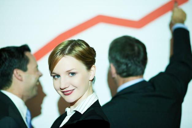 Grafik an der wand mit business-team