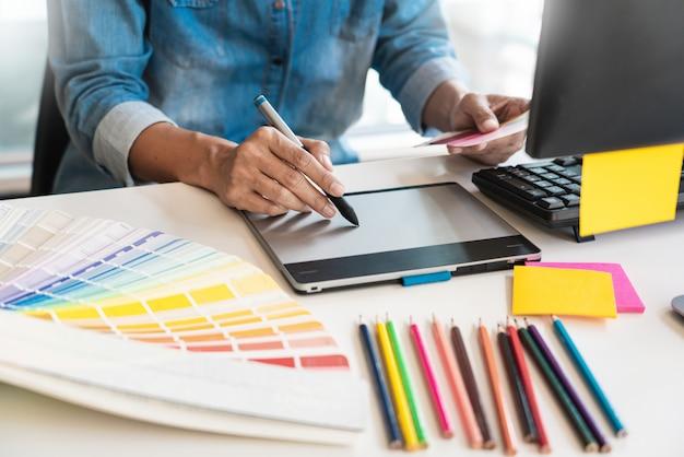 Grafikdesign-team, das im büro arbeitet