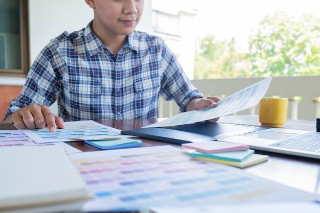 Grafikdesign und farbfelder und stifte auf einem schreibtisch.