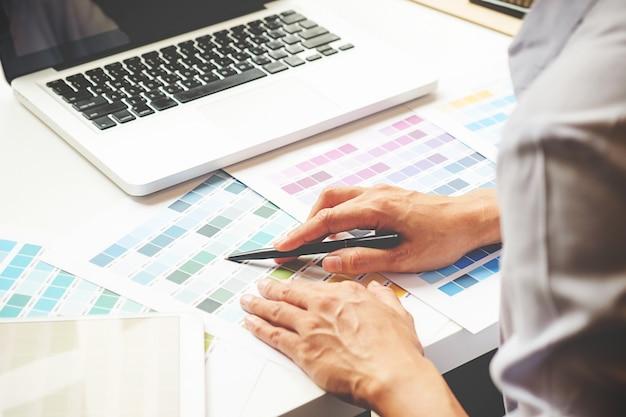 Grafikdesign und farbmuster und stifte auf einem schreibtisch. architekturzeichnung mit arbeitswerkzeugen und zubehör.