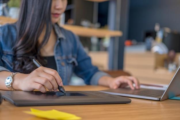 Grafikdesigner arbeiten mit computer- und maus-stift-design-produkten und websites