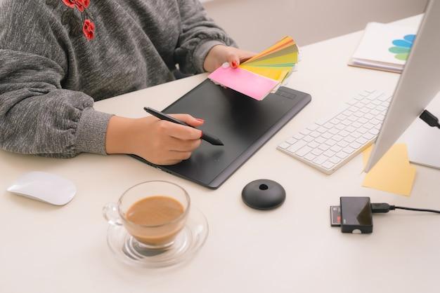 Grafikdesigner bei der arbeit. muster von farbmustern.
