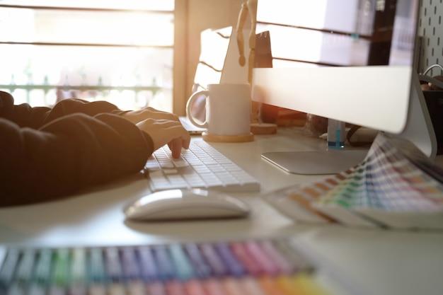 Grafikdesigner, der an kreativem arbeitsbereich arbeitet