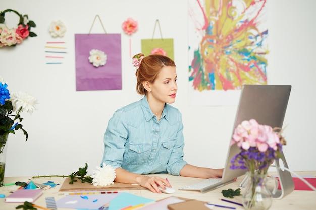 Grafikdesigner, der an vielversprechendem projekt arbeitet