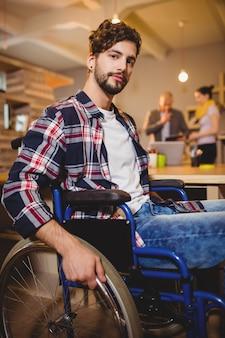Grafikdesigner, der auf einem rollstuhl sitzt