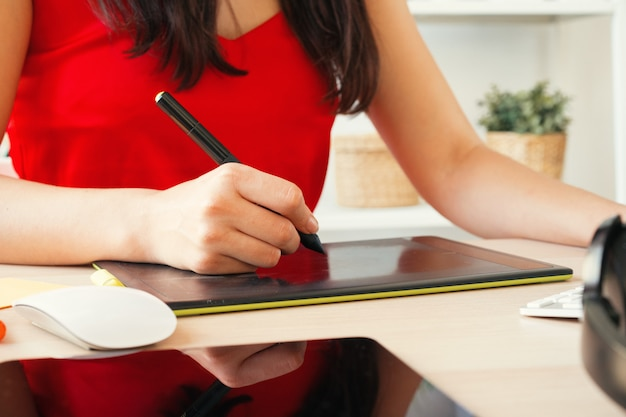 Grafikdesigner der jungen frau bei der arbeit in ihrem büro