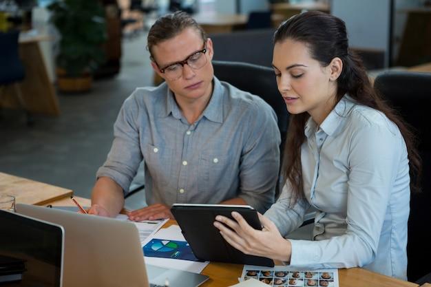 Grafikdesigner diskutieren über digitales tablet