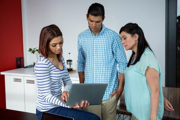 Grafikdesigner diskutieren über laptop