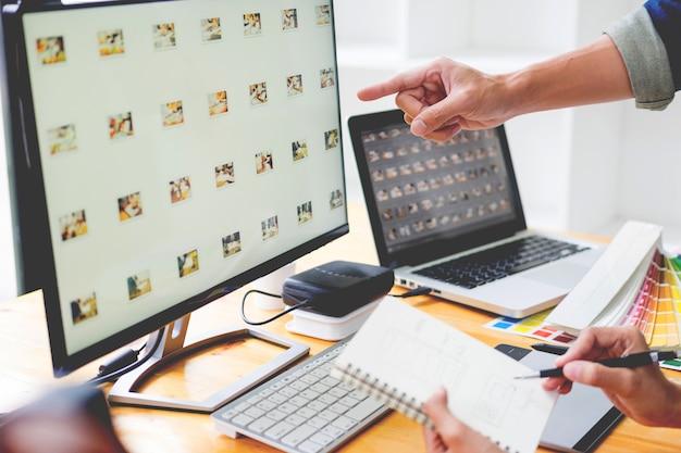 Grafikdesigner-team arbeitet an webdesign mit farbmustern