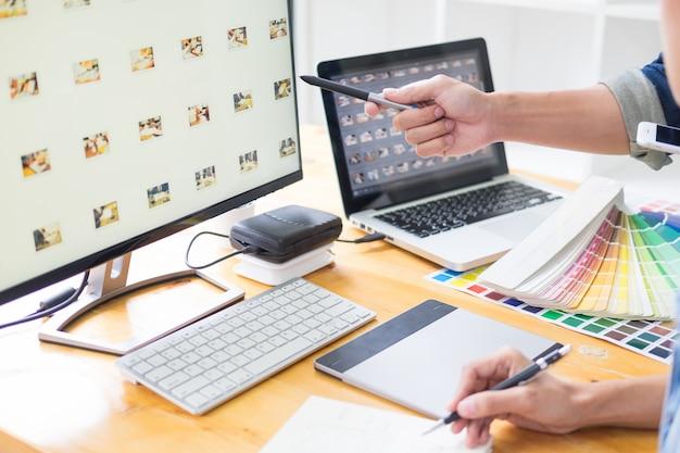 Grafikdesigner-team, das an webdesign arbeitet