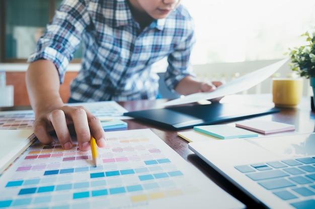 Grafikdesigner und fotograf verwendeten grafiktablett