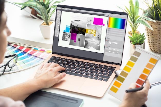 Grafikdesignerin, die an einem laptop arbeitet
