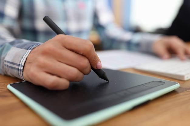 Grafikeditor retuschiert zeichnungen auf grafiktablett im studio-fotobearbeitungskonzept