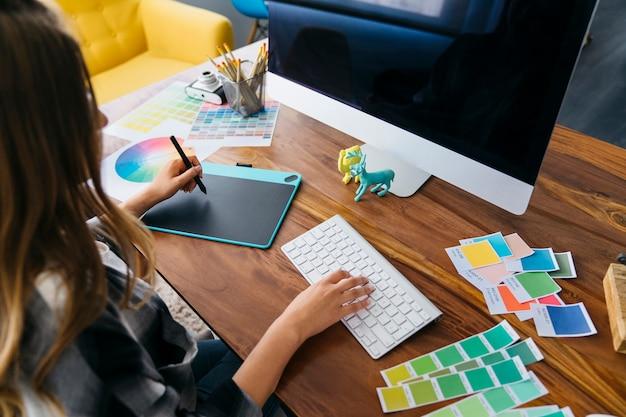 Grafiker arbeiten am schreibtisch