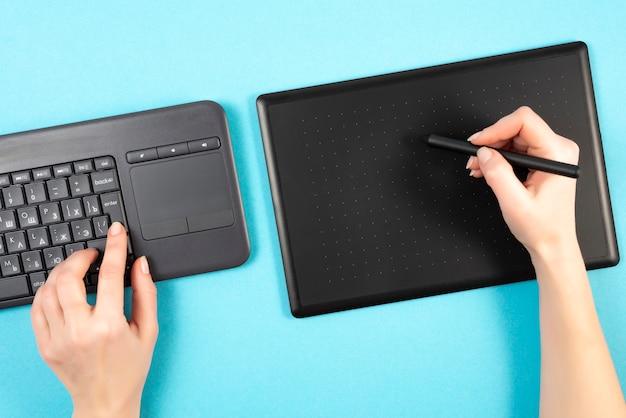 Grafiktablett und tastatur auf einem blauen hintergrund.