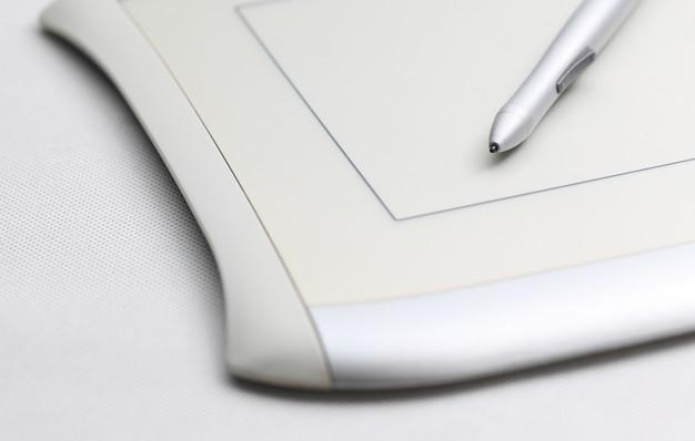 Grafische tablette und druckempfindliche stift auf weißem hintergrund