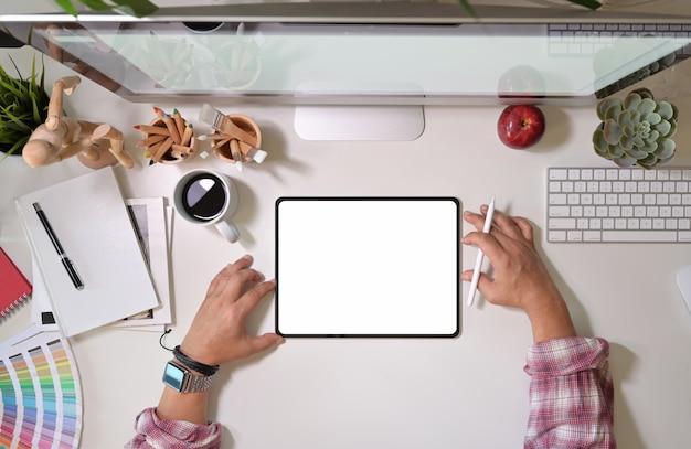 Grafischer kreativer designer, der mit grafiktablett-touchscreen der digitalen anzeige zeichnet und arbeitet