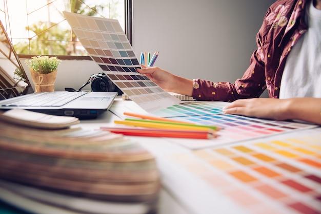 Grafisches kreatives des designers, kreativitätsfrau, die an laptop arbeitet und farbtonfarbideenart entwirft
