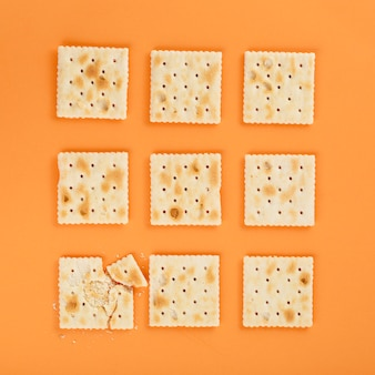 Graham cracker auf orangefarbenen hintergrund