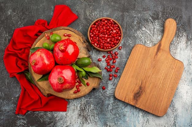 Granatäpfel granatäpfel auf dem brett schneidebrett schüssel mit granatapfelkernen