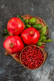 Granatäpfel granatapfelkerne und granatäpfel mit blättern auf dem brett