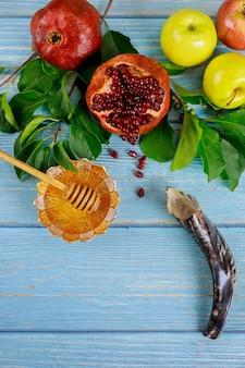 Granatapfel, äpfel und honig für rosh hashanah mit horn