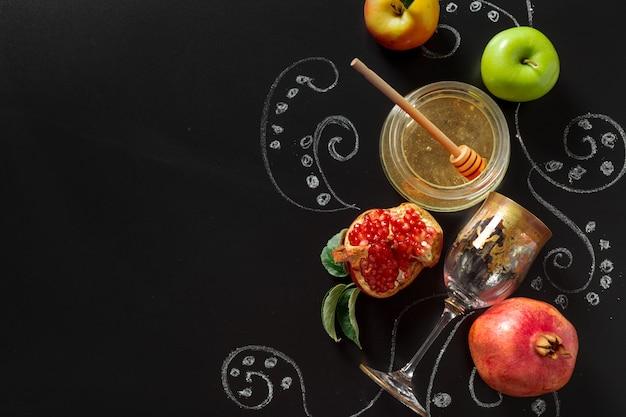 Granatapfel, apfel und honig für traditionelle feiertagssymbole rosch haschana (jüdischer neujahrsfeiertag)