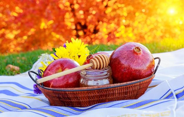 Granatapfel, apfel und honig, traditionelles essen der jüdischen neujahrsfeier, rosh hashana.