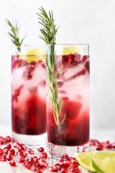 Granatapfel gimlet. cocktail auf gin-basis mit limettensaft