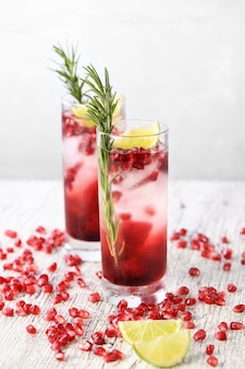 Granatapfel-gimlet - ein cocktail auf gin-basis mit limettensaft. gin kann durch wodka ersetzt werden.