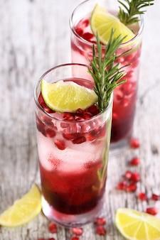 Granatapfel gimlet - ein cocktail auf gin-basis mit limettensaft, gin kann durch wodka ersetzt werden.