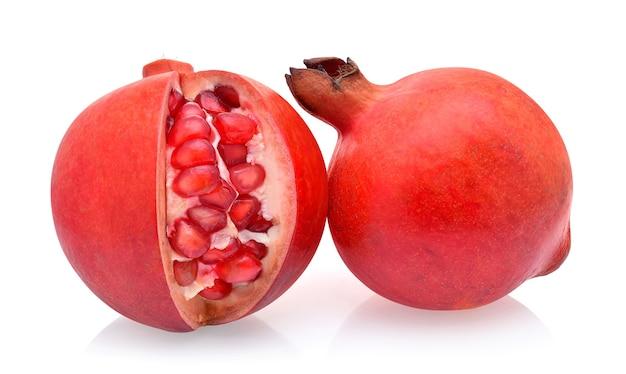 Granatapfel isoliert auf weißem hintergrund
