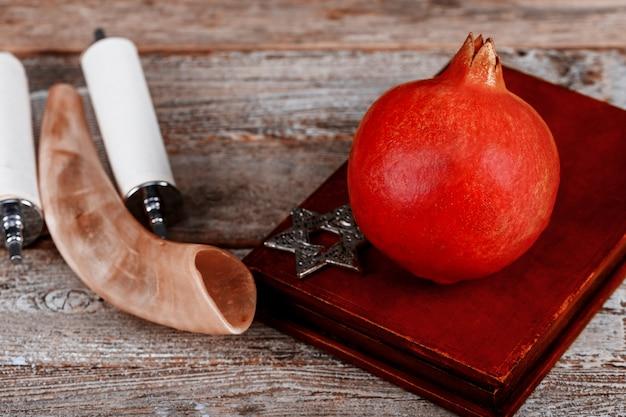 Granatapfelfrucht bereit zum jüdischen neuen jahr, rosh hashanah torah