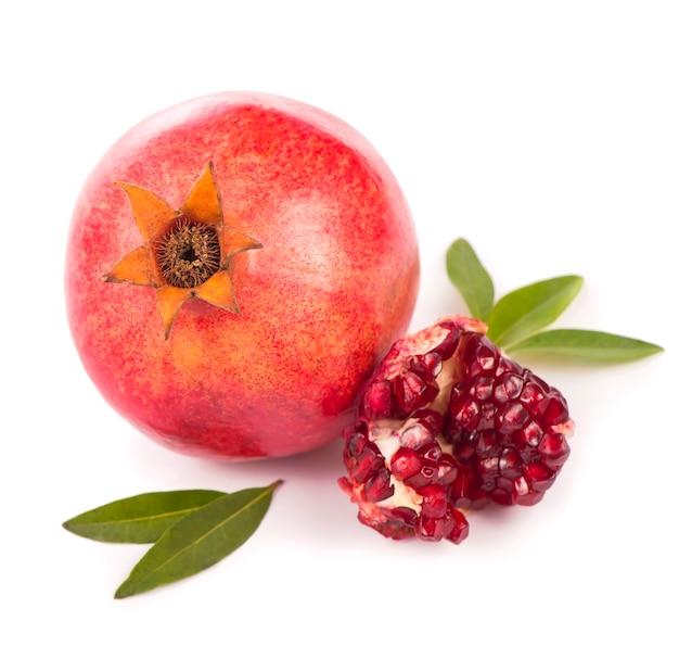 Granatapfelfrucht mit scheibe lokalisiert auf weißem hintergrund. beschneidungspfad enthalten.