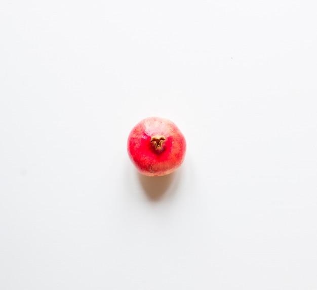 Granatapfelfrüchte auf rustikalem holzuntergrund,