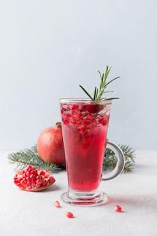 Granatapfelweihnachtspunsch mit rosmarin