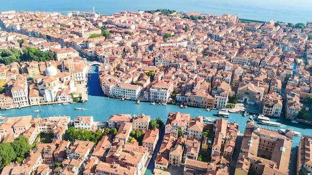 Grand canal der stadt venedig und beherbergt luftdrohnenblick, stadtbild der insel venedig und venezianische lagune von oben, italien