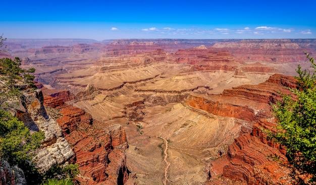 Grand canyon national park mit canyon und und klippe während des sonnenuntergangs