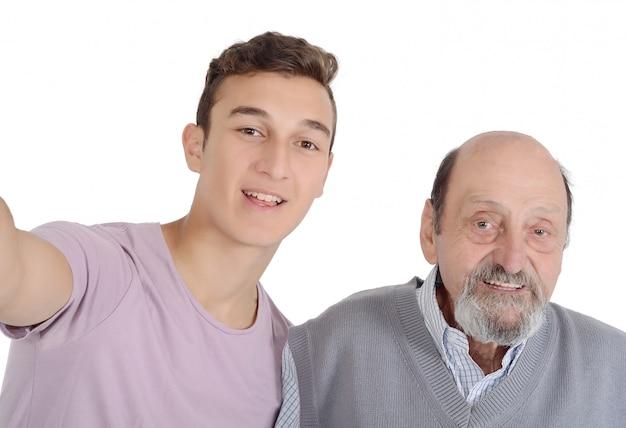 Grandpther und ihr jugendlicher enkel, der ein selfie nimmt