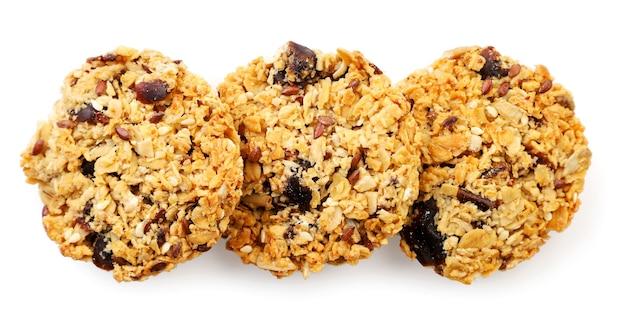 Granola cookies hautnah auf weißem hintergrund, isoliert. die aussicht von oben