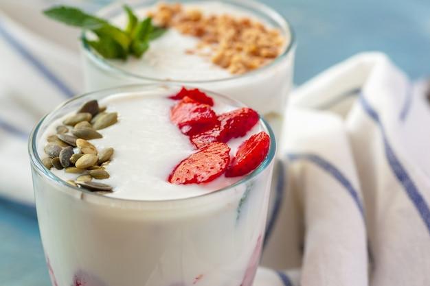 Granola mit joghurt und beeren zum gesundes frühstück auf einer tabelle