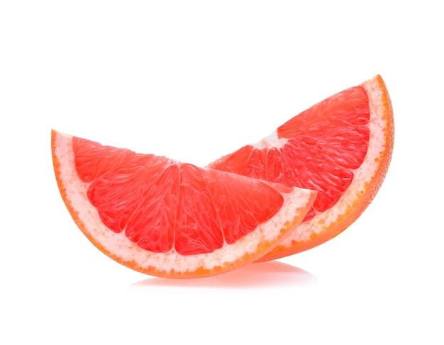 Grapefruit auf weißem hintergrund in scheiben schneiden