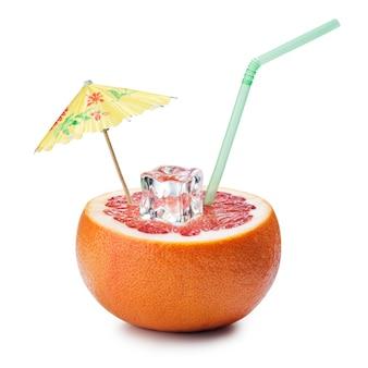 Grapefruit-cocktail-konzept auf weißem hintergrund