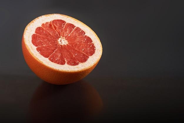 Grapefruit isoliert auf einem schwarzen. saisonales obst