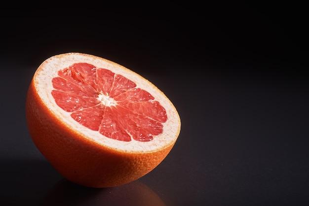 Grapefruit isoliert auf einem schwarzen.