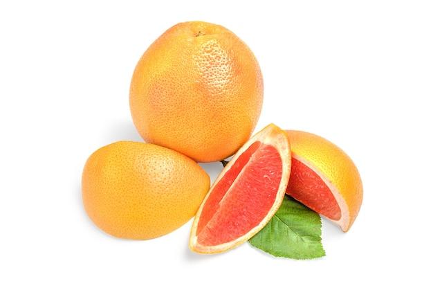 Grapefruit mit keilen lokalisiert auf weißem hintergrundausschnitt.