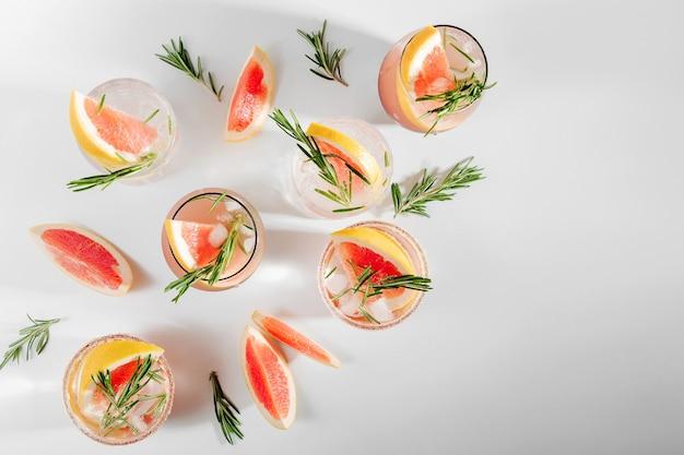 Grapefruit-rosmarin-cocktail erfrischendes und alkoholfreies getränk perfekt für frühling oder sommer