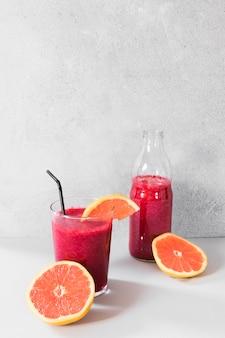 Grapefruit-smoothie in der flasche