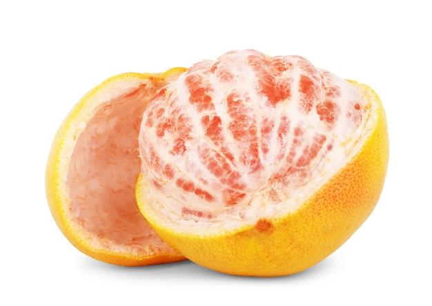 Grapefruit-zitrusfrucht mit der hälfte isoliert auf weiß mit beschneidungspfad